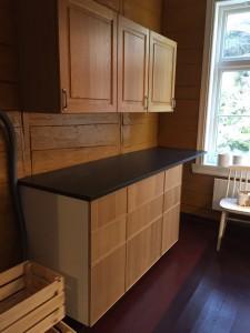 Anretningsdelen av kjøkkenet; 1. etasje; syd-vestre hjørne